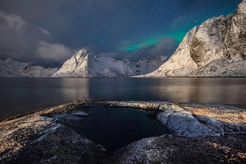 Nachtaufnahme der Berge der Lofoten mit etwas Nordlicht.