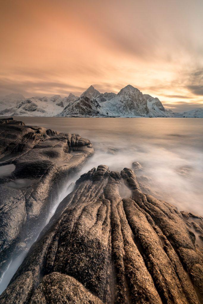 Lichtstimmung an der felsigen Küste von Vareid, Lofoten, Norwegen