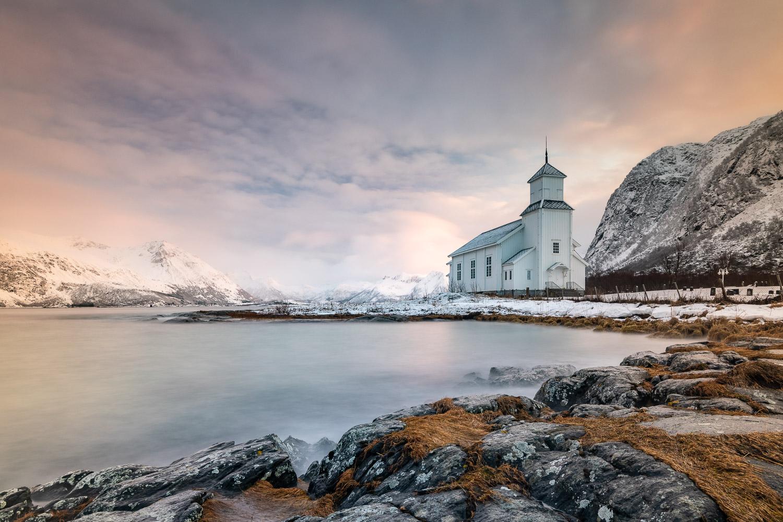 Kirche an der Küste von Gimsoy, Lofoten, Norwegen