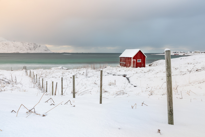 Rotes Haus am Fjord, Lofoten, Norwegen