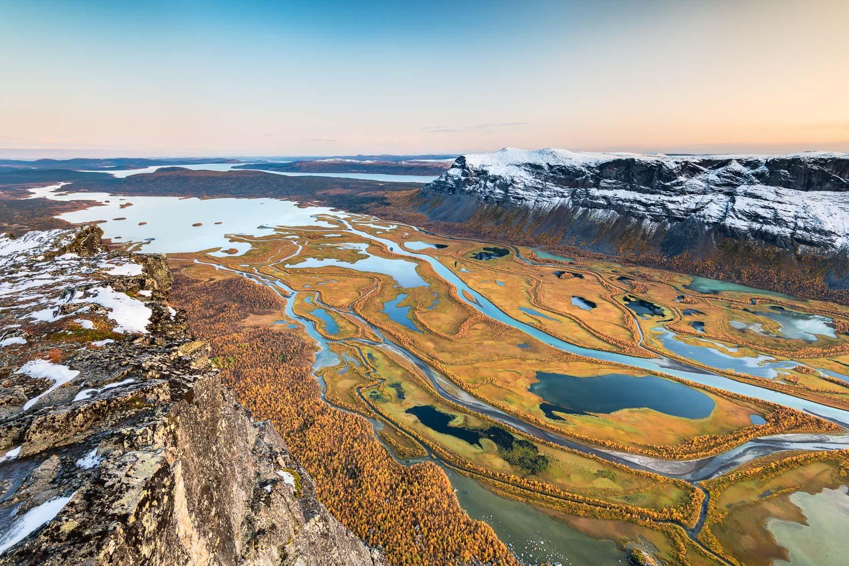 Blick auf das Flussdelta Rapadalen im herbstlichen Sarek Nationalpark.